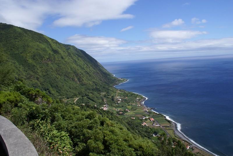 Miradouro_da_Fajã_do_Vimes,_vista_da_fajã,_Calheta,_ilha_de_São_Jorge,_Açores